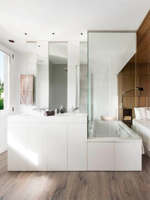 Expresión Transversal: Baños de estilo  de Susanna Cots Interior Design