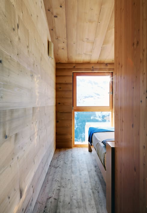 A wardrobe in the landscape: Camera da letto in stile In stile Country di es-arch
