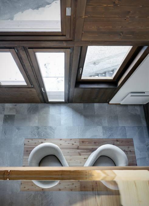 casa UP: Soggiorno in stile  di es-arch