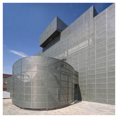 rivestimento esterno: Complessi per uffici in stile  di Comoglio Architetti