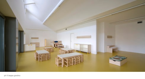 aula asilo: Ingresso & Corridoio in stile  di Comoglio Architetti