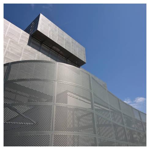 rivestimento esterno in zinco-titanio:  in stile  di Comoglio Architetti
