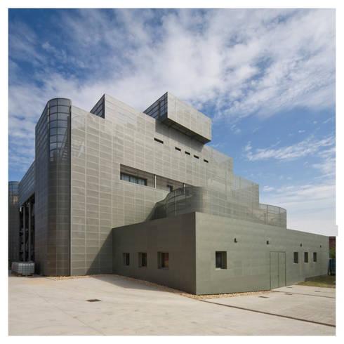 facciata esterna: Complessi per uffici in stile  di Comoglio Architetti