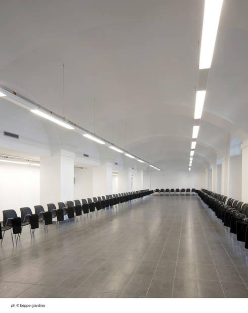 auditorium - sala riunioni: Centri congressi in stile  di Comoglio Architetti