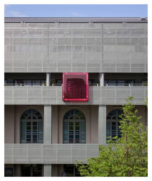 porzione di facciata esterna: Terrazza in stile  di Comoglio Architetti