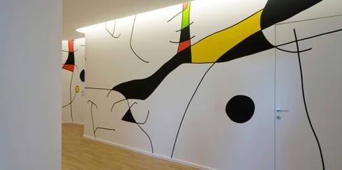 parete corridoio:  in stile  di Comoglio Architetti