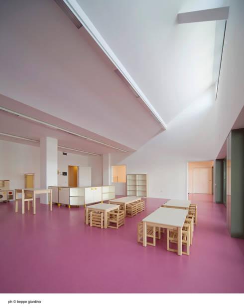 aula asilo: Stanza dei bambini in stile in stile Minimalista di Comoglio Architetti