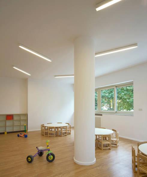 interno aula: Scuole in stile  di Comoglio Architetti
