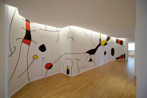 corridoio - parete decorativa: Ingresso & Corridoio in stile  di Comoglio Architetti