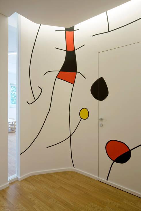 decorazione parietale: Ingresso & Corridoio in stile  di Comoglio Architetti