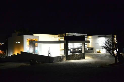 SECCION DE FACHADA PRINCIPAL: Casas de estilo moderno por ro arquitectos