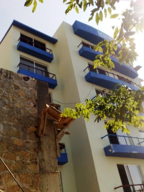 Vista de la fachada hacia la bahia: Casas de estilo moderno por ARQUELIGE
