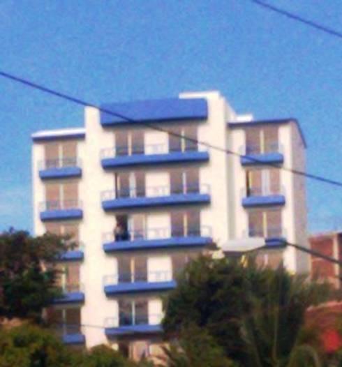 Vista del edificio terminado desde la Avenida Ruiz Cortines: Casas de estilo moderno por ARQUELIGE