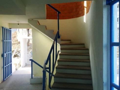 Cubo de escalera: Pasillos y recibidores de estilo  por ARQUELIGE
