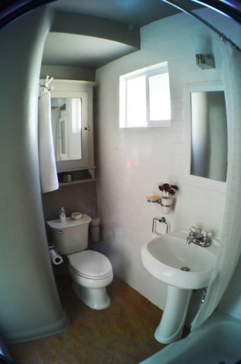 Sunnynook Decor, Los Angeles CA. 2012: Baños de estilo  por Erika Winters® Design