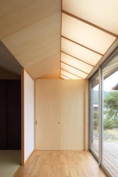 三田の農家-ANNEX/GAZEBO: eu建築設計が手掛けた廊下 & 玄関です。