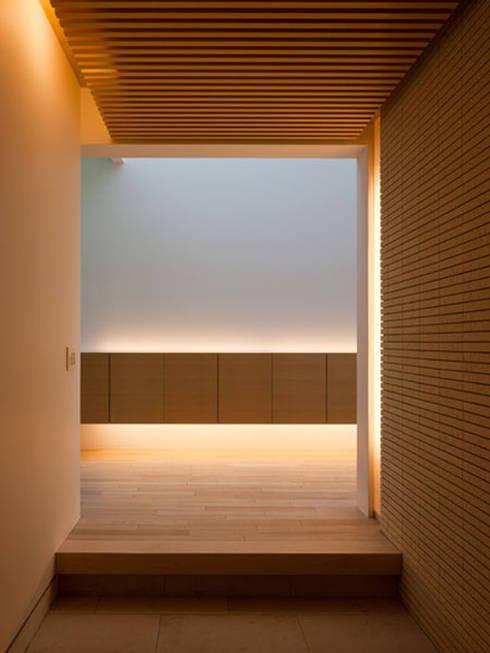 春日丘の家: 小田裕二建築設計事務所が手掛けた壁です。