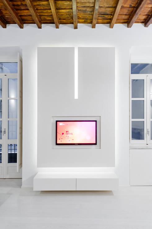 zona tv: Soggiorno in stile  di Comoglio Architetti