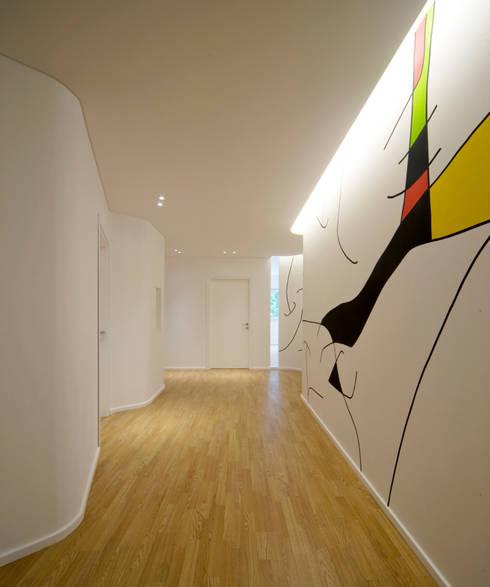 corridoio distributivo: Ingresso & Corridoio in stile  di Comoglio Architetti