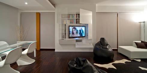soggiorno - zona TV: Soggiorno in stile  di Comoglio Architetti