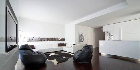 soggiorno: Soggiorno in stile  di Comoglio Architetti