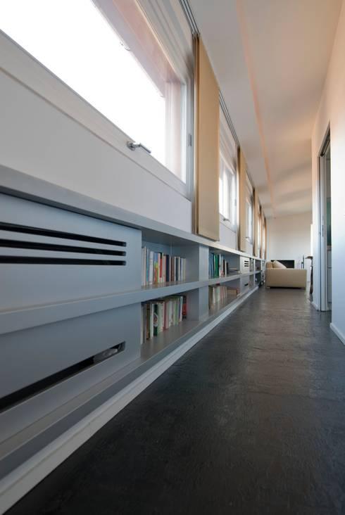 Ingresso & Corridoio in stile  di Calzoni architetti