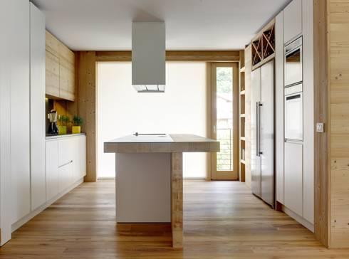 House Of The Sun: Cucina in stile in stile Eclettico di STUDIOFANETTI