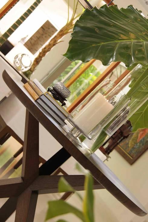 Round dining table: Salon de style de style Tropical par Lichelle Silvestry Interiors