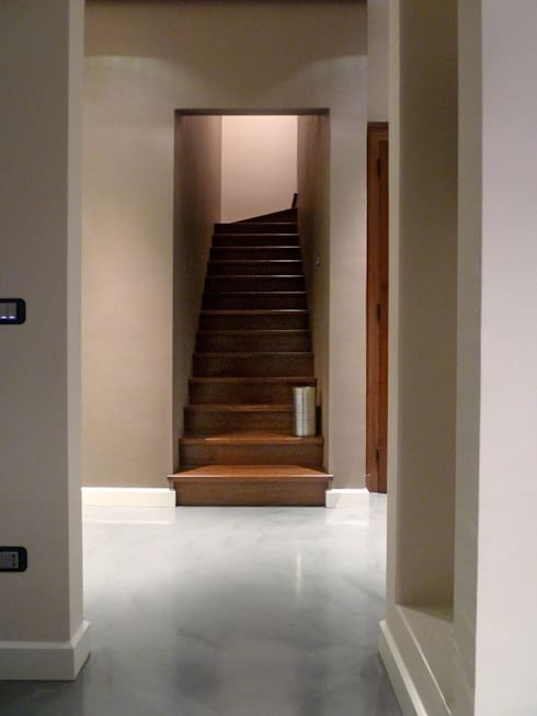 Accesso al secondo piano: Ingresso & Corridoio in stile  di Blocco 8 Architettura