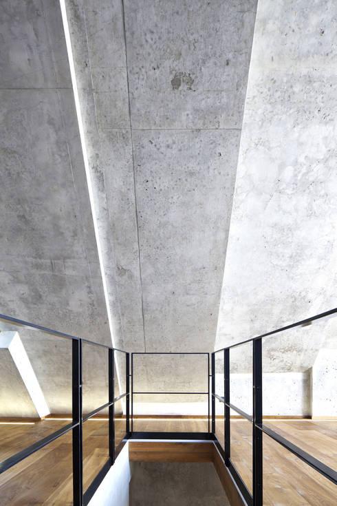 Dachgeschoss Hinterhaus:  Flur & Diele von Peter Haimerl . Architektur