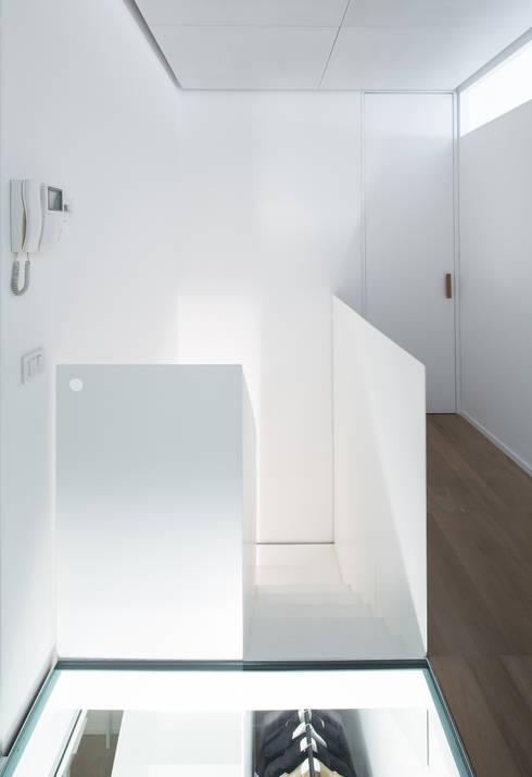 Casa RLM: Ingresso & Corridoio in stile  di Arch. Nunzio Gabriele Sciveres