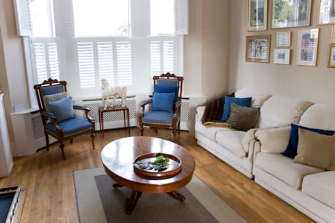 A Traditional Family Living Room: classic Living room by Cathy Phillips & Co