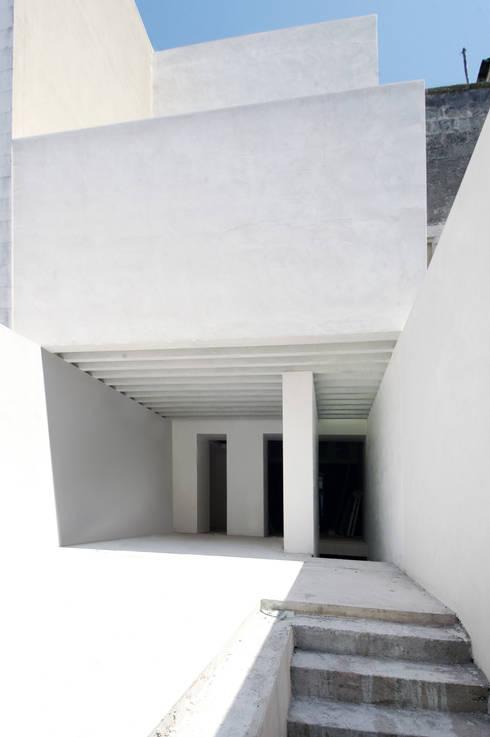 Casa CM: Case in stile in stile Mediterraneo di (dp)ªSTUDIO