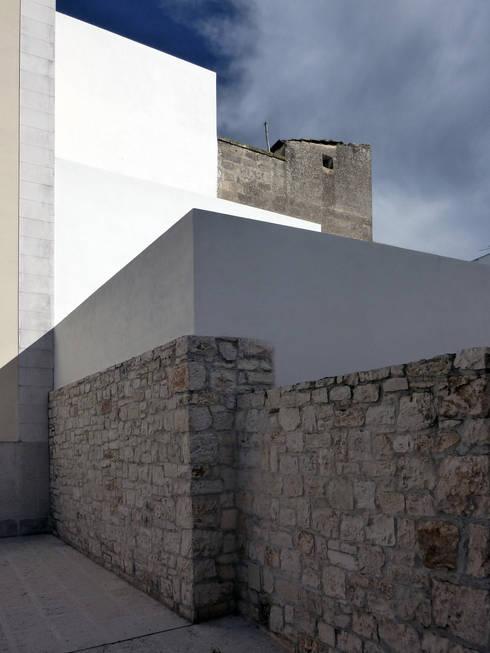 Casa CM: Giardino in stile in stile Mediterraneo di (dp)ªSTUDIO