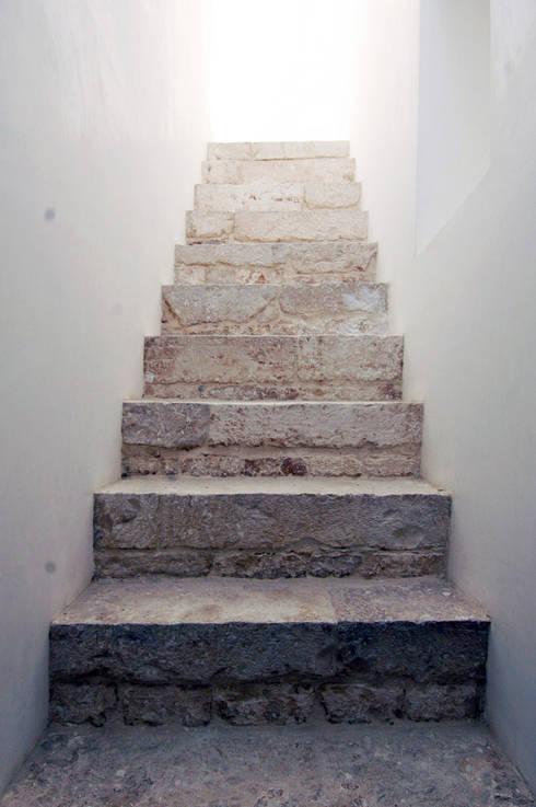 Прихожая, коридор и лестницы в . Автор – (dp)ªSTUDIO