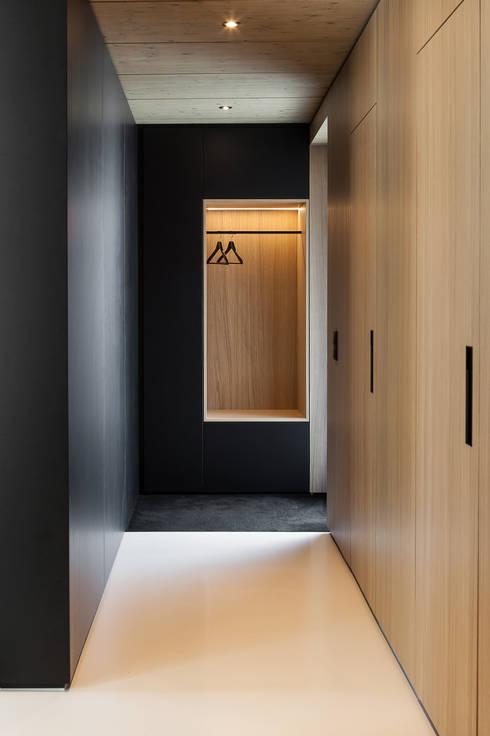 House B:  Ankleidezimmer von FORMAT ELF ARCHITEKTEN