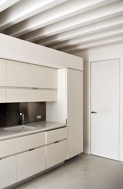 Cucina: Cucina in stile in stile Mediterraneo di (dp)ªSTUDIO