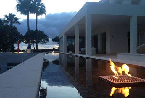 Fire: Casas de estilo  de Fincas Cassiopea Group