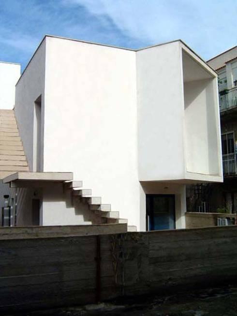 Casa Bambace: Case in stile in stile Moderno di Studio Cogliandro & Genovese