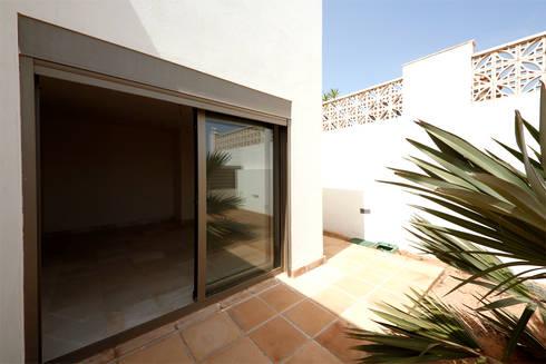 Villa - rapporto interno-esterno: Terrazza in stile  di Marco Barbero