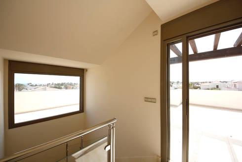 Villa - Terrazzo: Ingresso & Corridoio in stile  di Marco Barbero