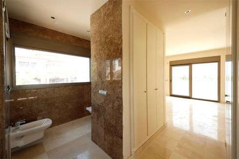 Villa - Bagno en-suite: Bagno in stile in stile Moderno di Marco Barbero