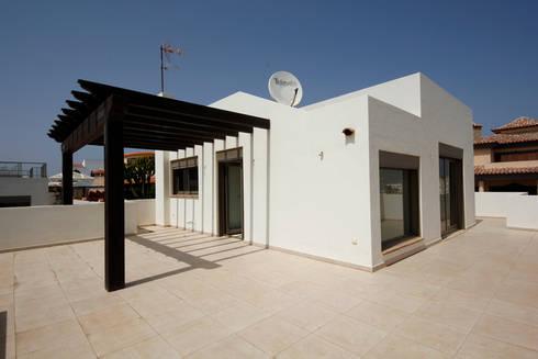 Villa - Terrazzo: Case in stile in stile Moderno di Marco Barbero
