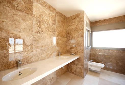 Villa - Bagno en-suite : Bagno in stile in stile Moderno di Marco Barbero