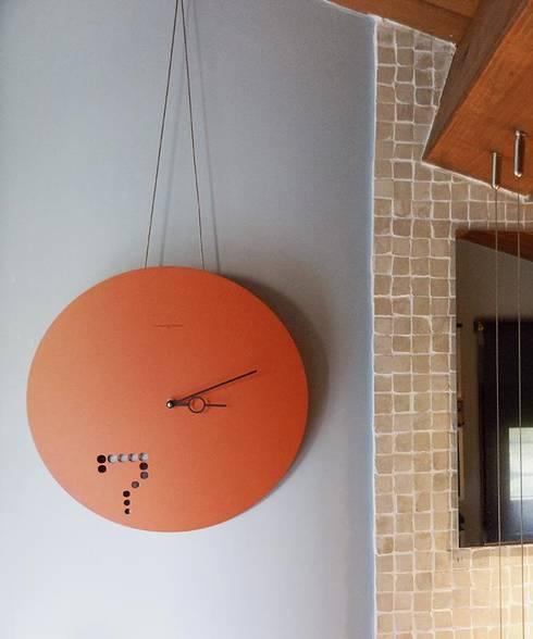 L'orologio: Casa in stile  di Spazio 14 10 di Stella Passerini