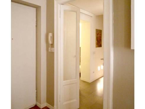 vista ingresso: Soggiorno in stile in stile Moderno di Giussani Patrizia
