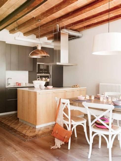 VIVIENDA EL GÒTIC: Cocinas de estilo  de Meritxell Ribé - The Room Studio