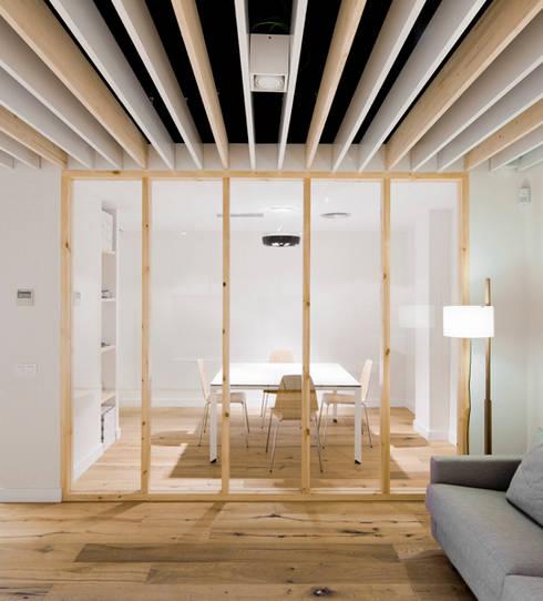 Sala de reuniones en Oak Showroom: Oficinas y Tiendas de estilo  de Anna & Eugeni Bach