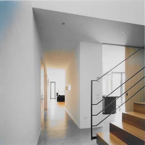 Casa Rota: Case in stile in stile Moderno di Garbarino Rusin Architects
