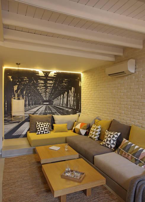 VIVIENDA LES CORTS: Salones de estilo moderno de Meritxell Ribé - The Room Studio